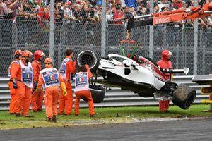 La voiture endommagée de Marcus Ericsson, Sauber C37 est dégagée