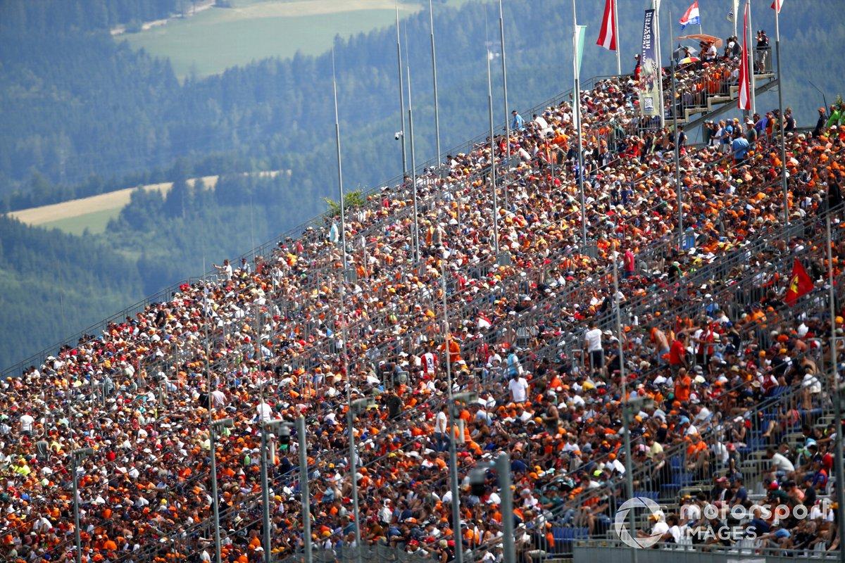 Los aficionados holandeses celebran la pole de Max Verstappen, RB16B de Red Bull Racing