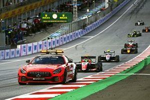 La Safety Car devance David Schumacher, Trident et Roman Stanek, Hitech Grand Prix