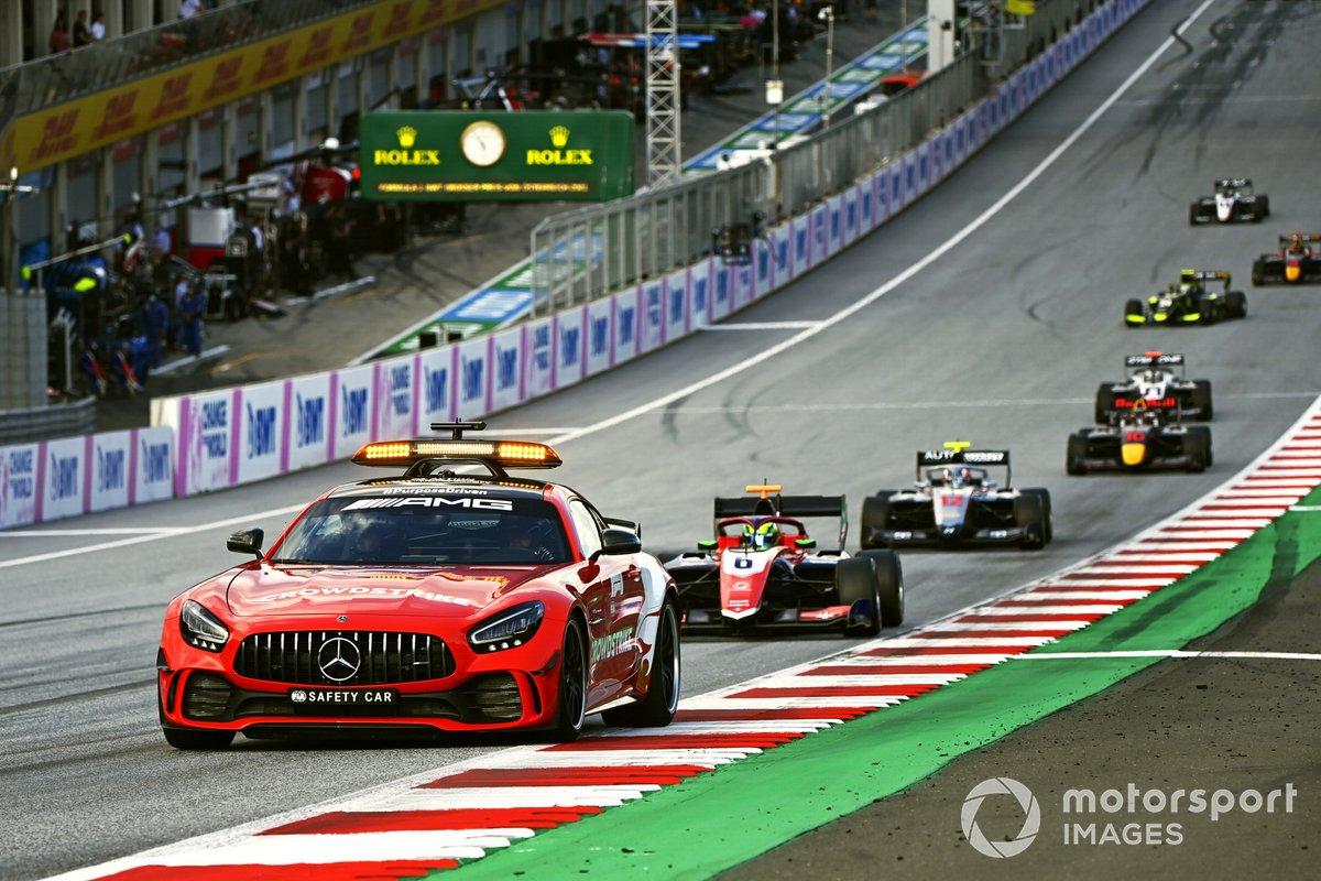 La Safety Car precede David Schumacher, Trident, e Roman Stanek, Hitech Grand Prix