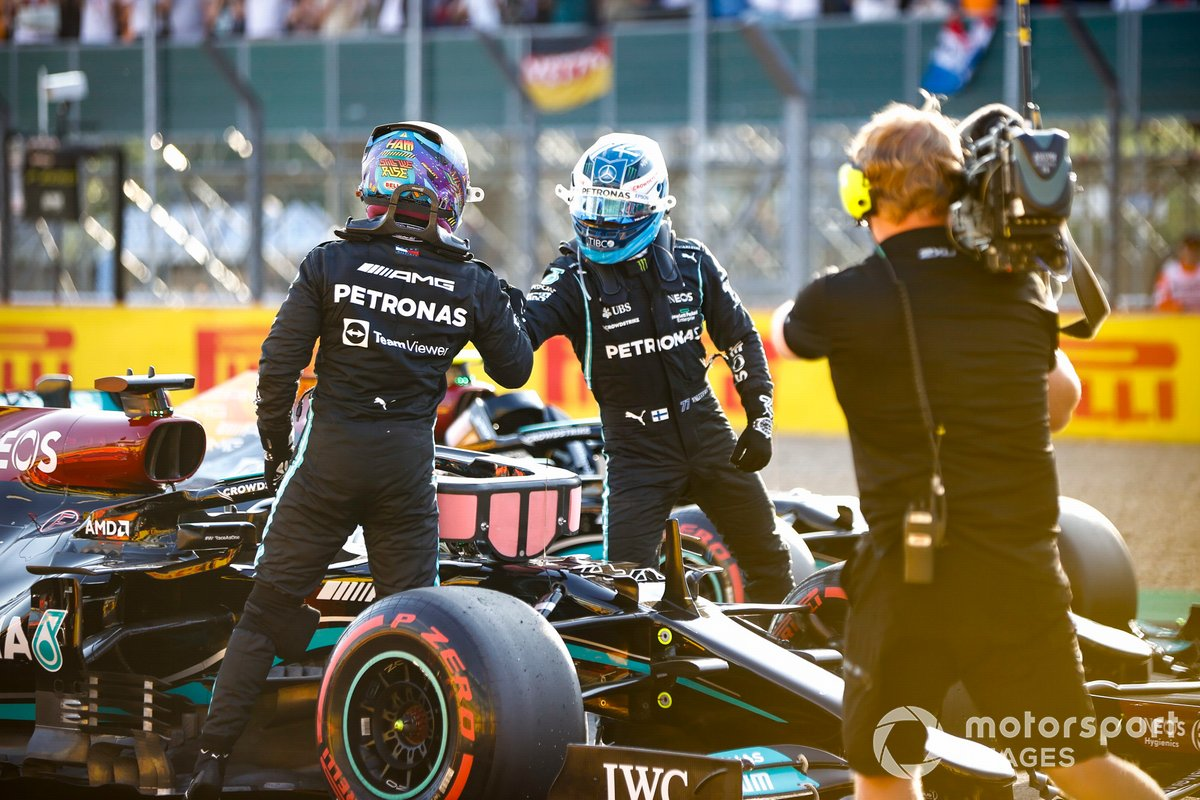 Valtteri Bottas, Mercedes, si congratula con Lewis Hamilton, Mercedes, per la pole