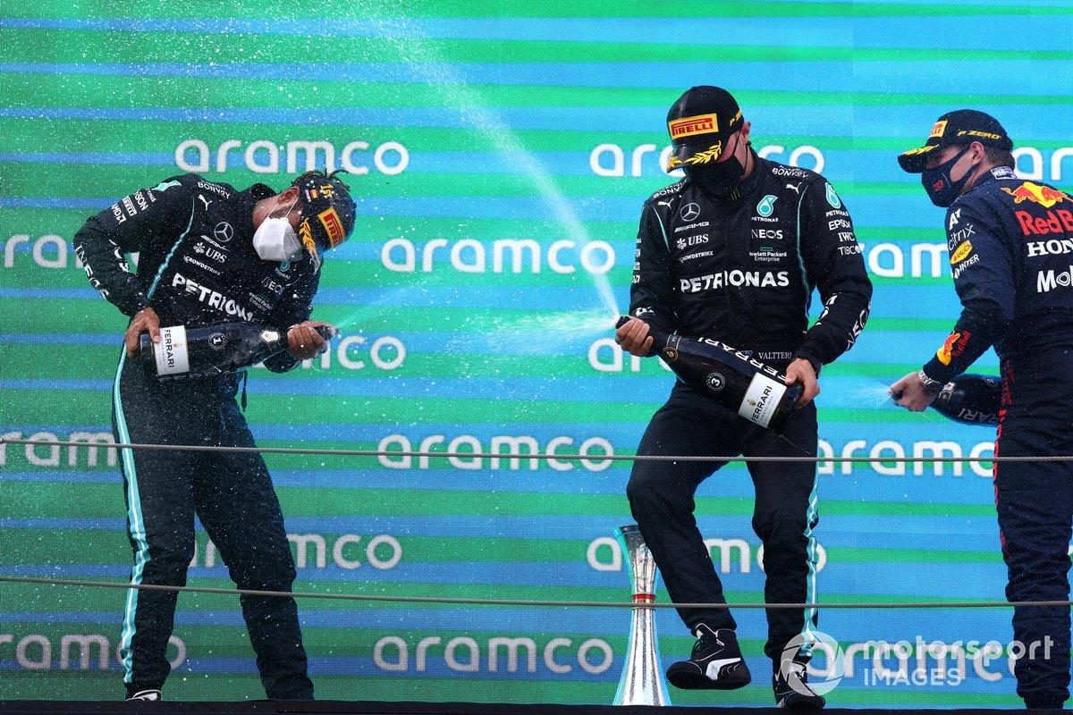 Lewis Hamilton, Mercedes, primera posición, Valtteri Bottas, Mercedes, tercera posición, y Max Verstappen, Red Bull Racing, segunda posición, celebra con champán en el podio