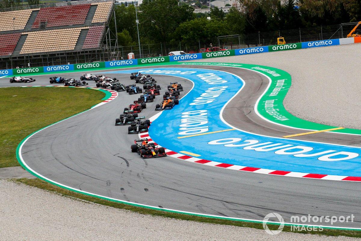 Max Verstappen, Red Bull Racing RB16B, Lewis Hamilton, Mercedes W12, Valtteri Bottas, Mercedes W12, Daniel Ricciardo, McLaren MCL35M, Charles Leclerc, Ferrari SF21, y el resto del pelotón