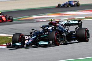 Valtteri Bottas, Mercedes W12, Carlos Sainz Jr., Ferrari SF21