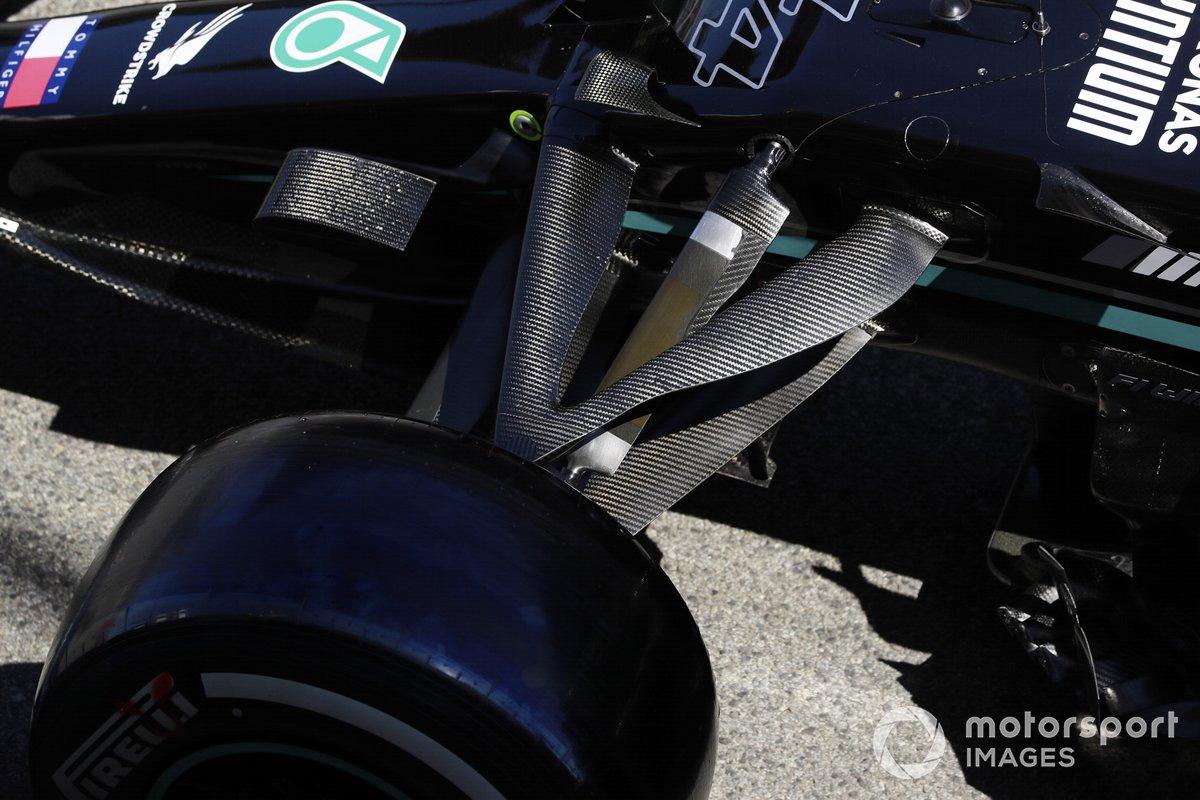 Detalle de la suspensión delantera del Mercedes W12