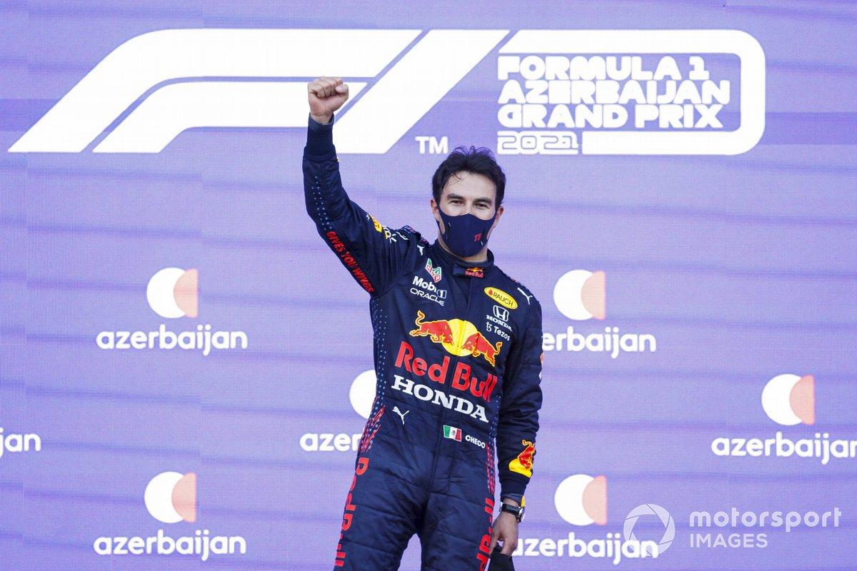 Sergio Perez, Red Bull Racing, 1° classificato, festeggia sul podio