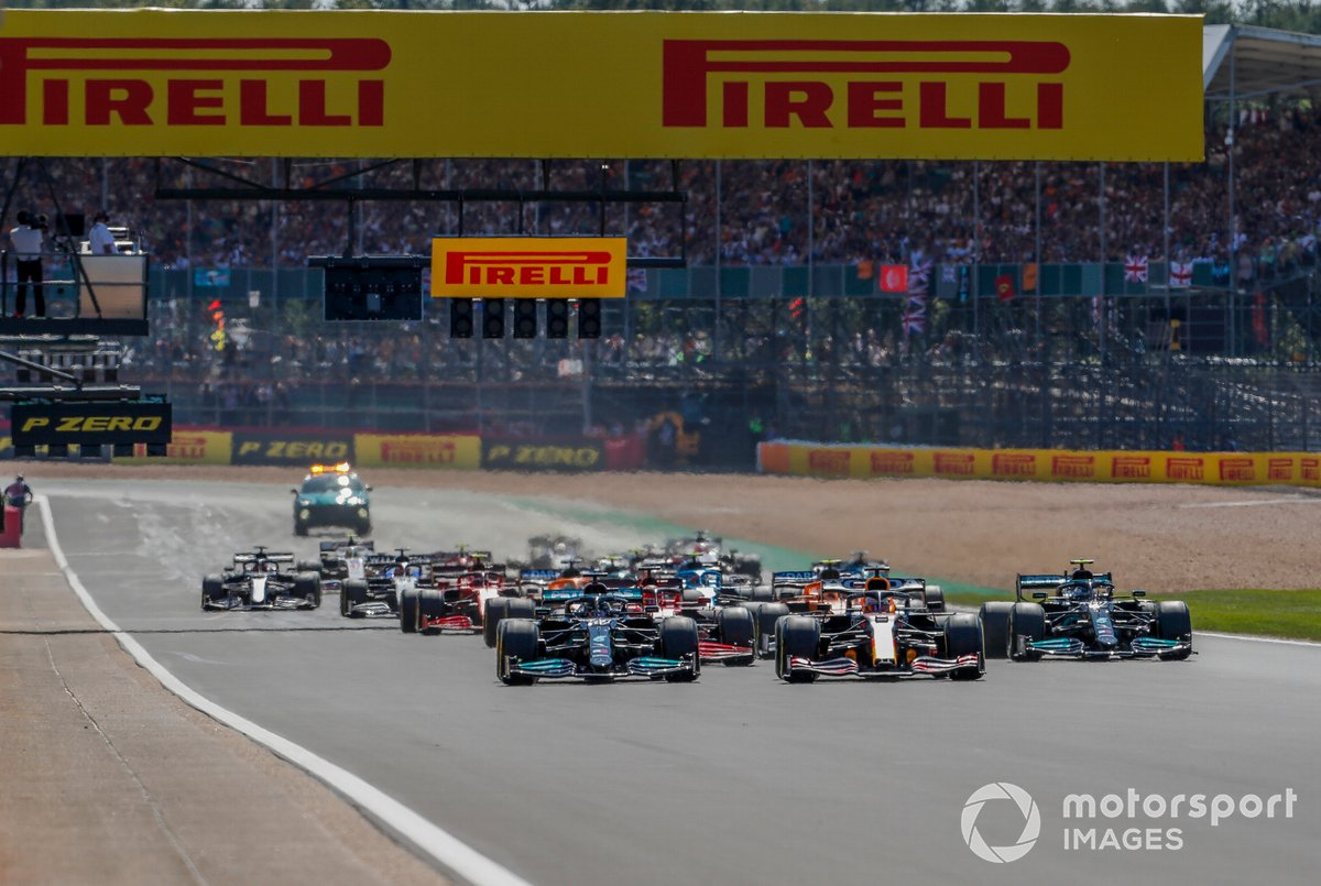 Max Verstappen, Red Bull Racing RB16B, 2 Lewis Hamilton, Mercedes W12