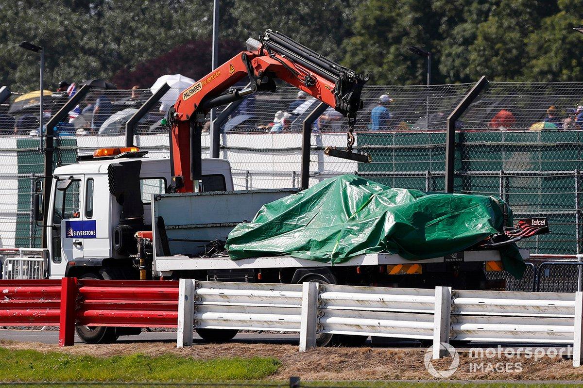 El coche de Max Verstappen, Red Bull Racing RB16B sobre una grúa es llevado al garaje