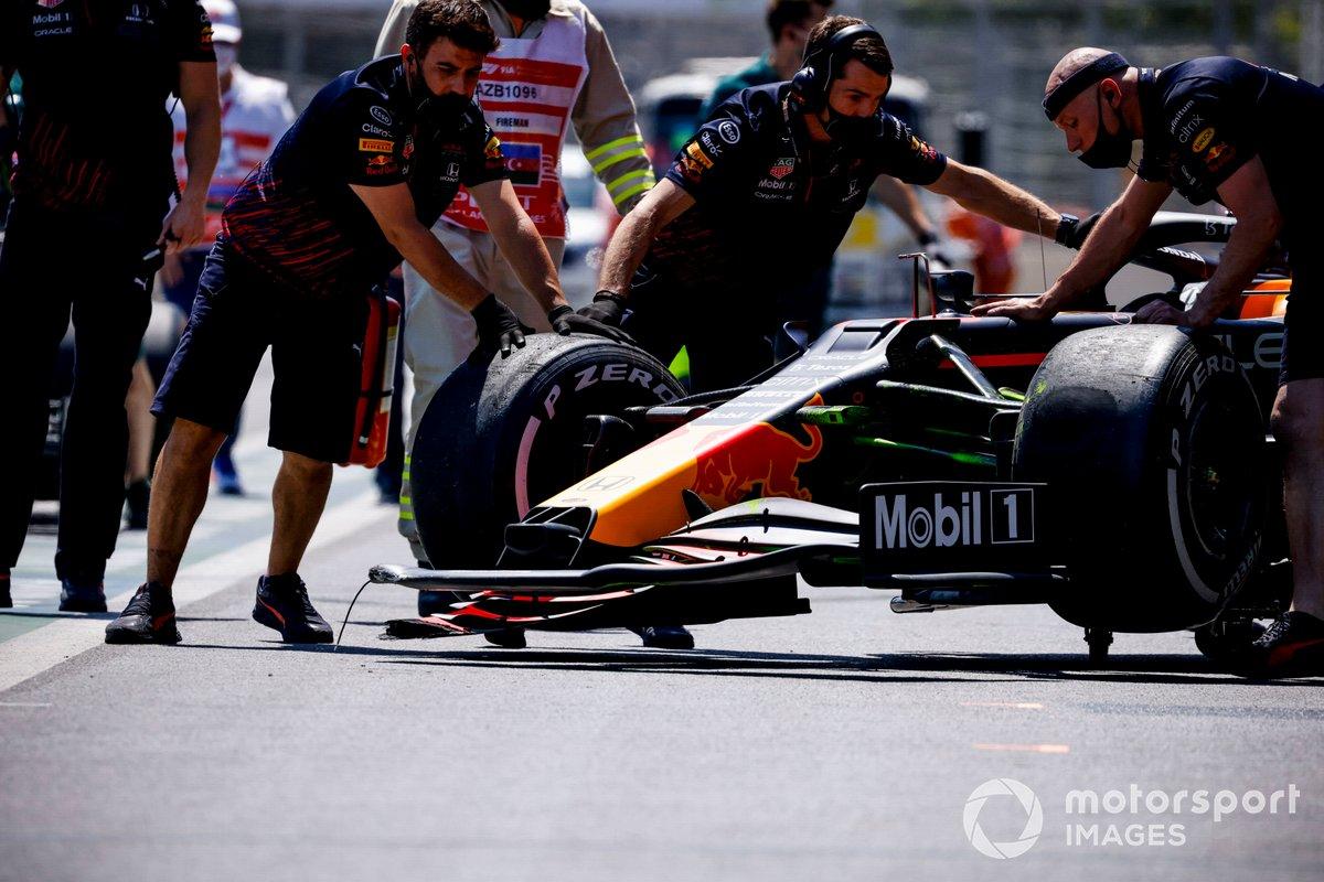 Los mecánicos mueven el coche de Sergio Pérez, Red Bull Racing RB16B