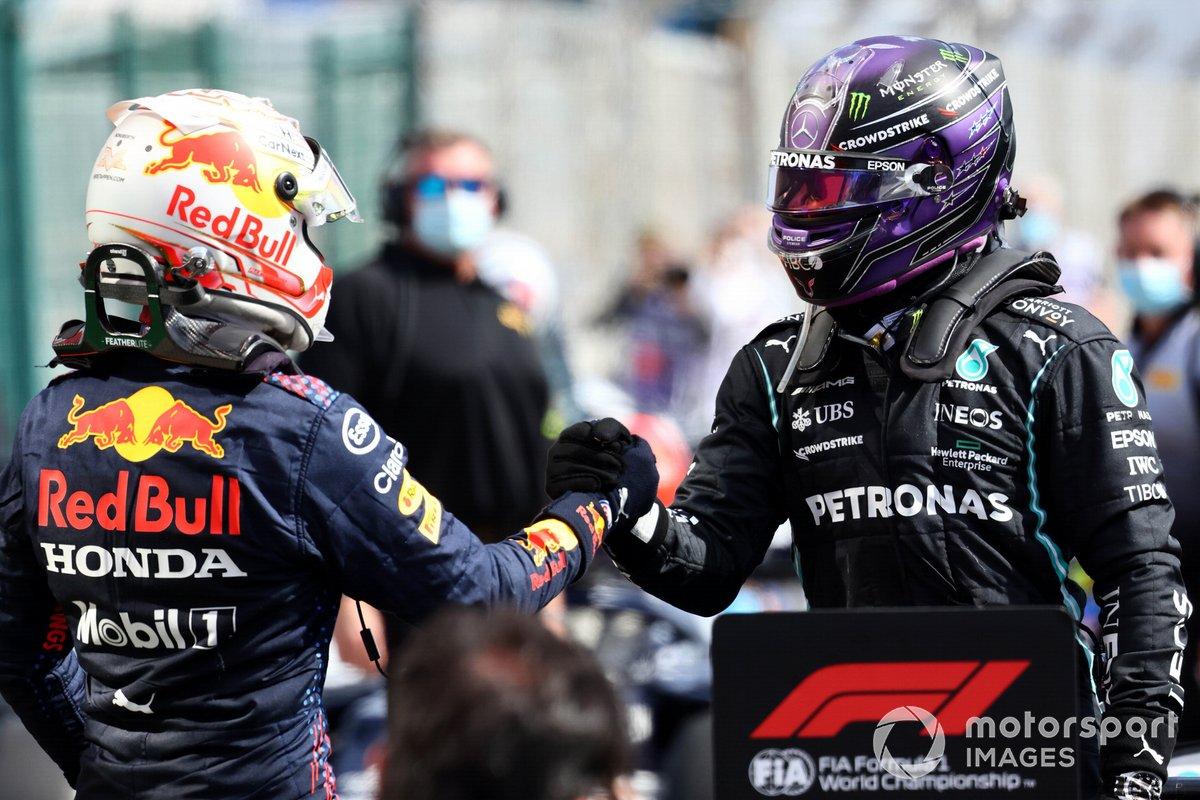 Segundo lugar Max Verstappen, Red Bull Racing y el ganador Lewis Hamilton, Mercedes, celebra con el equipo en Parc Ferme