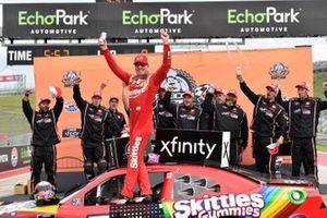 Ganador Kyle Busch, Joe Gibbs Racing, Toyota Supra Skittles Gummies