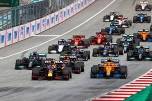 Max Verstappen, Red Bull Racing RB16B, Lando Norris, McLaren MCL35M, Sergio Perez, Red Bull Racing RB16B, Lewis Hamilton, Mercedes W12, Pierre Gasly, AlphaTauri AT02, en de rest van het veld tijdens de start