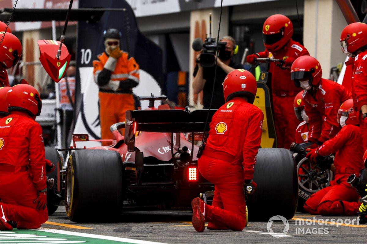 Charles Leclerc, Ferrari SF21 en pits