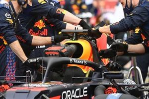 Mechanics with the car of Max Verstappen, Red Bull Racing RB16B