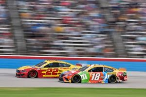 Joey Logano, Team Penske, Ford Mustang Shell Pennzoil and Kyle Busch, Joe Gibbs Racing, Toyota Camry M&M's Summering