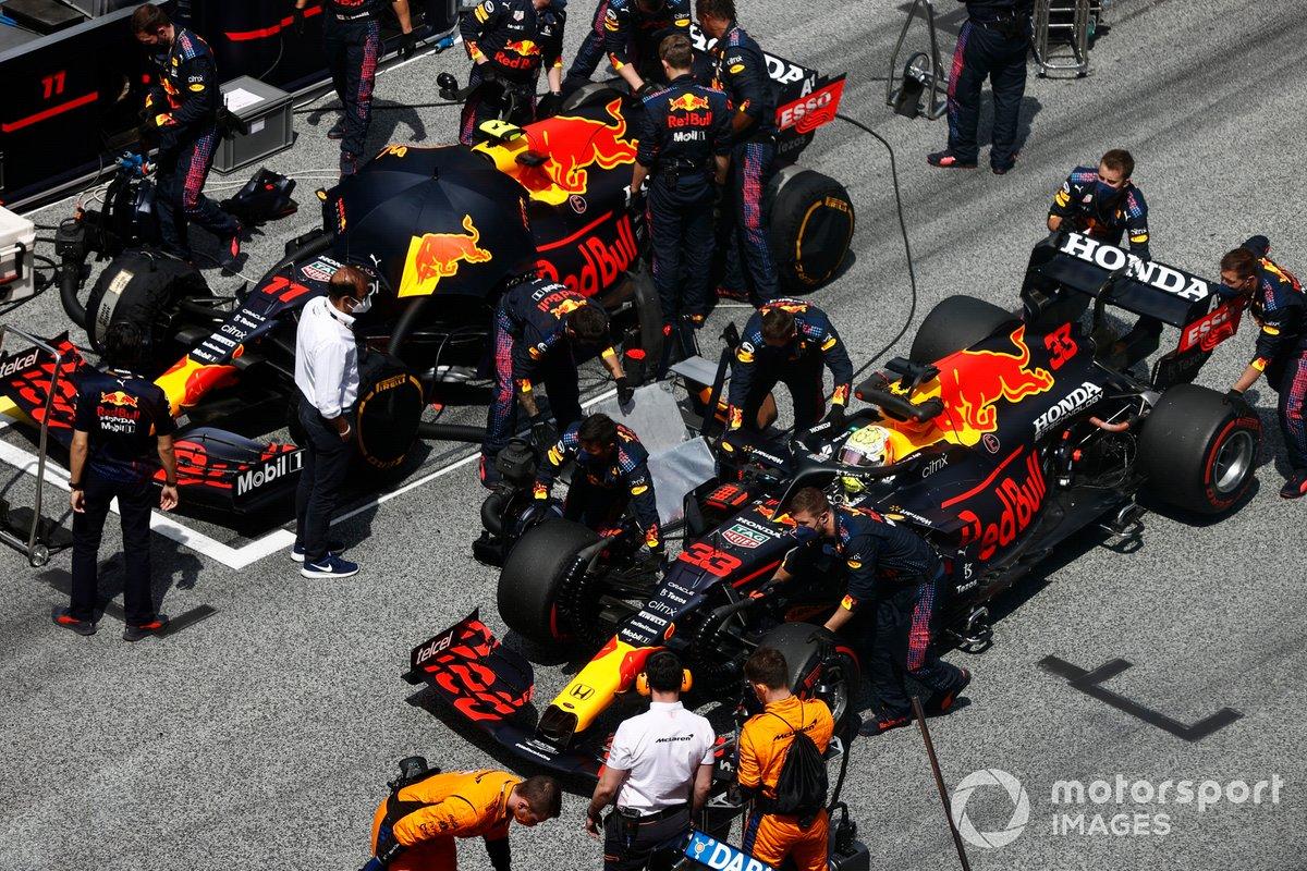 Max Verstappen, Red Bull Racing RB16B, adelanta a Sergio Pérez, Red Bull Racing RB16B, en la parrilla de salida