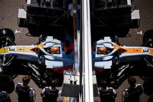 Daniel Ricciardo, McLaren MCL35M, sale de boxes