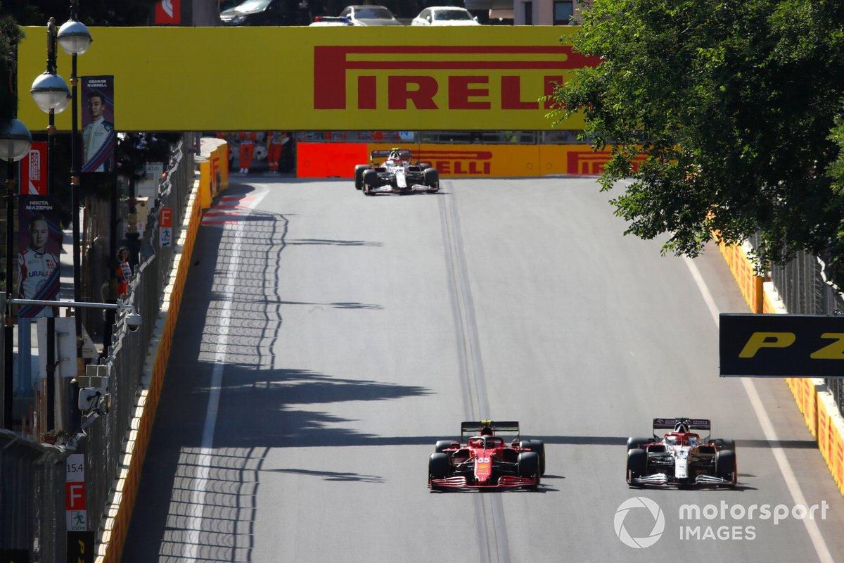 Carlos Sainz Jr., Ferrari SF21, Kimi Raikkonen, Alfa Romeo Racing C41, Antonio Giovinazzi, Alfa Romeo Racing C41