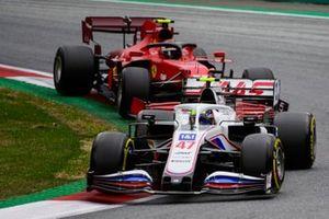 Mick Schumacher, Haas VF-21, Carlos Sainz Jr., Ferrari SF21