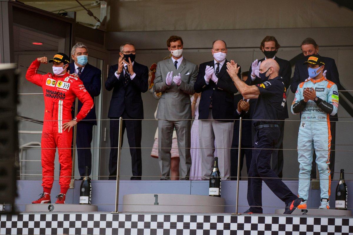 Podio: ganador Max Verstappen, Red Bull Racing, segundo lugar Carlos Sainz Jr., Ferrari, y tercer lugar Lando Norris, McLaren