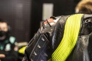 Valentino Rossi, Petronas Yamaha SRT, aerodynamische vinnetjes op zijn pak