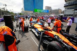 Mechanics on the grid with the car of Daniel Ricciardo, McLaren MCL35M