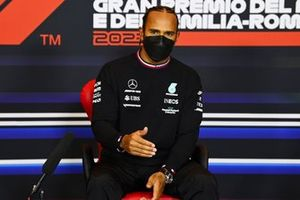 Ganador de la pole Lewis Hamilton, Mercedes, en la conferencia