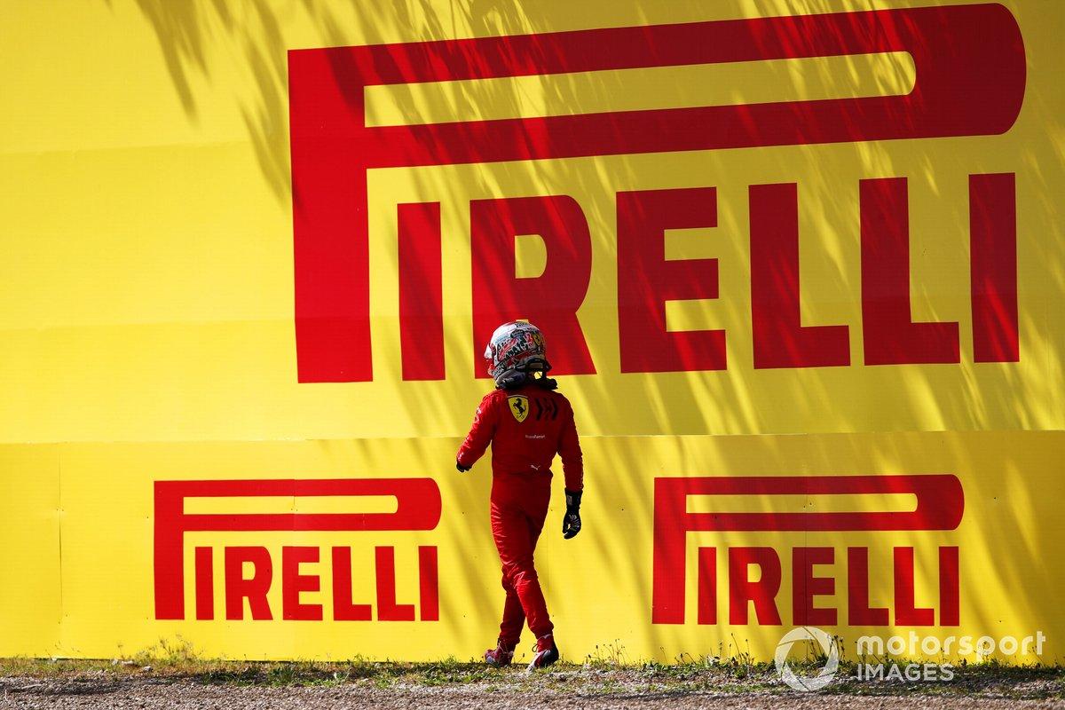 Charles Leclerc, Ferrari SF21, se aleja de su coche tras estrellarse en la FP2