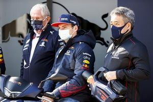 Helmut Marko, consultant pour Red Bull Racing, Max Verstappen, Red Bull Racing et Masashi Yamamoto, directeur général, Honda Motorsport