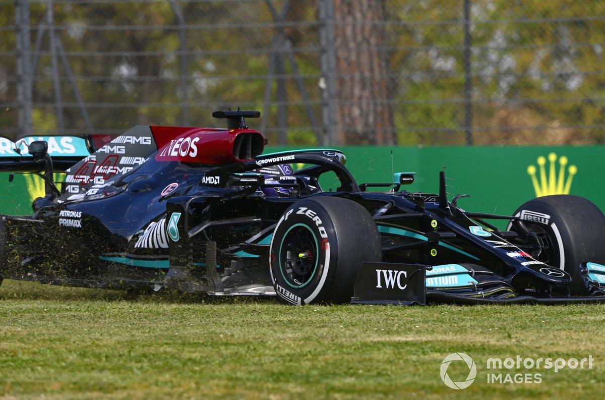 Lewis Hamilton, Mercedes W12, en la hierba