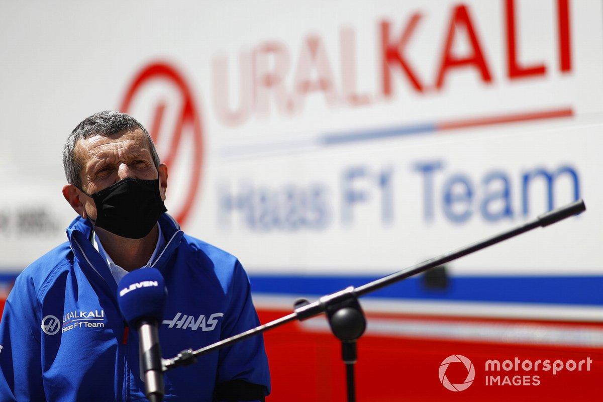 Guenther Steiner, director del equipo Haas F1, habla con los medios de comunicación
