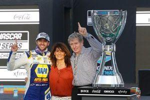 NASCAR Cup-Champion 2020: Chase Elliott, Hendrick Motorsports, mit Mutter Cindy Elliott und Vater Bill Elliott