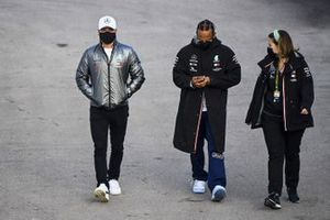 Valtteri Bottas, Mercedes-AMG F1 et Lewis Hamilton, Mercedes-AMG F1 dans le paddock
