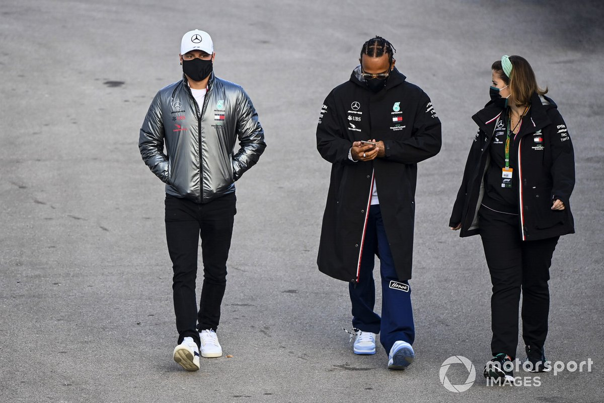 Valtteri Bottas, Mercedes-AMG F1 e Lewis Hamilton, Mercedes-AMG F1 nel paddock