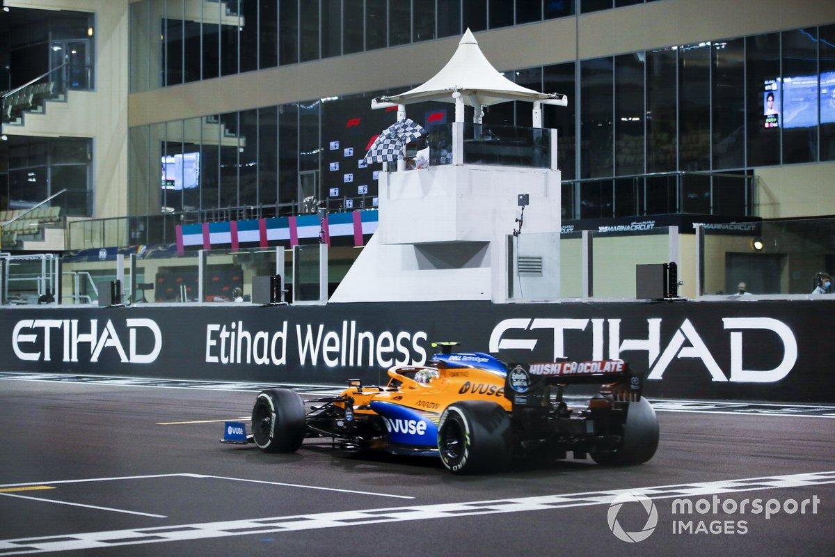 Lando Norris, McLaren MCL35, taglia il traguardo e prende la bandiera a scacchi