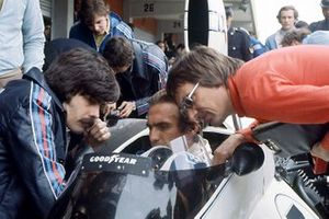 Gordon Murray and Bernie Ecclestone talk to Carlos Reutemann, Brabham BT44B-Ford