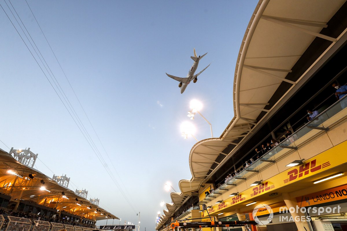 Un Boeing 787-9 Dreamliner de Gulf Air sobrevuela la parrilla de salida