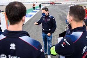Robin Frijns, Envision Virgin Racing, speaks to his team