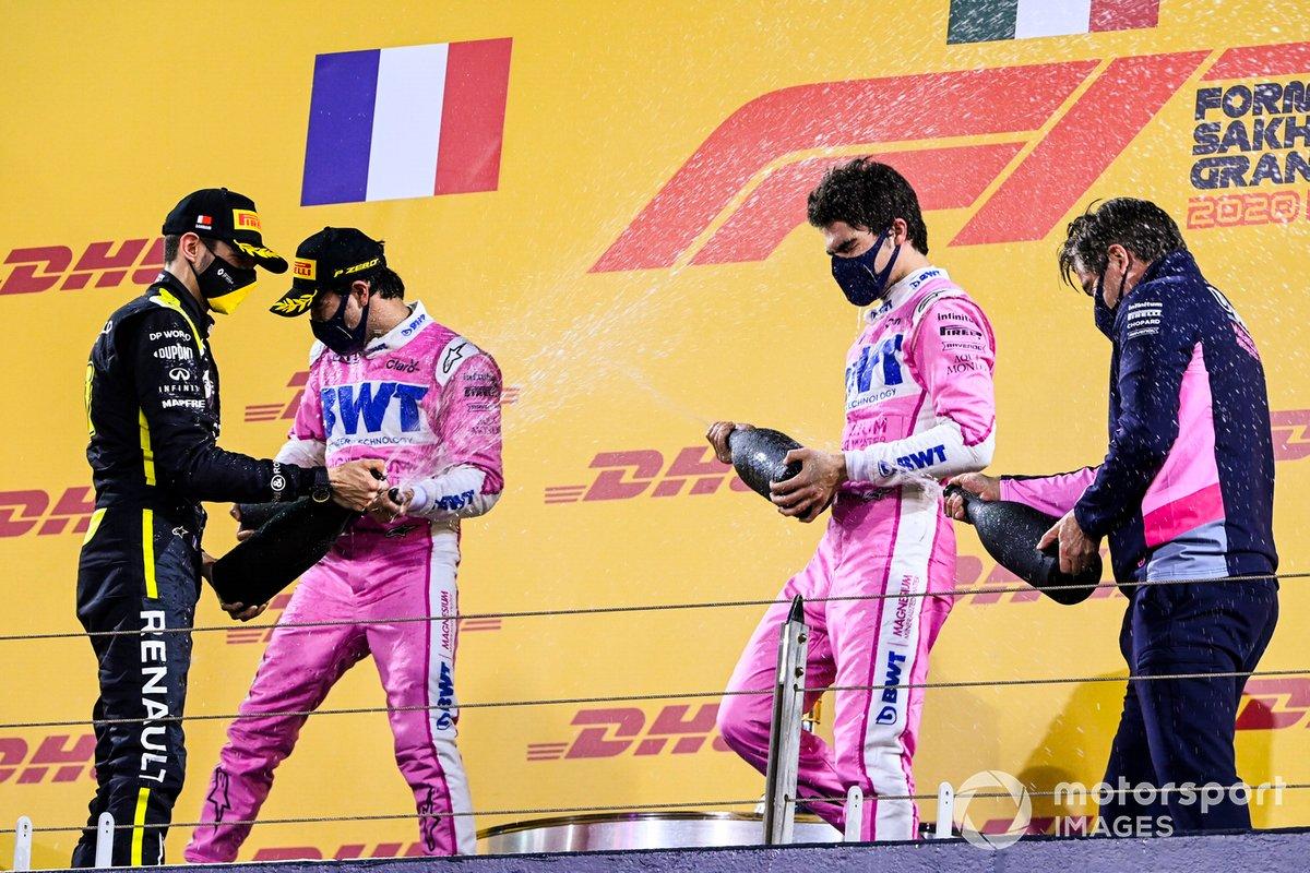 Podio: ganador Sergio Pérez, Racing Point, segundo lugar Esteban Ocon, Renault F1, y tercer lugar Lance Stroll, Racing Point, y Andy Stevenson, Director deportivo de Racing Point