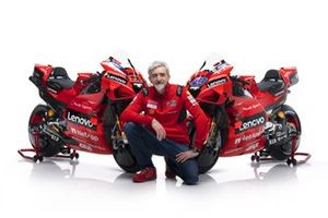 Gigi Dall'Igna, directeur général Ducati Corse, avec la Ducati Desmosedici GP21