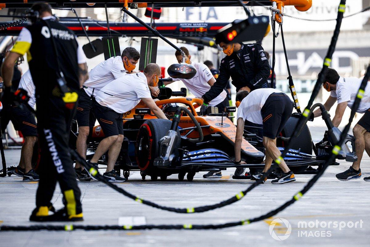Carlos Sainz Jr., McLaren MCL35, rientra nel garage