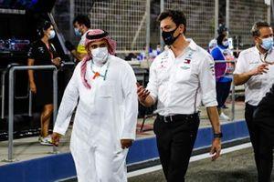Prince Khalid Bin Sultan Al Faisal, president van de Saudi Arabian motorsport federation, en Toto Wolff, Executive Director - Business, Mercedes AMG, op de grid