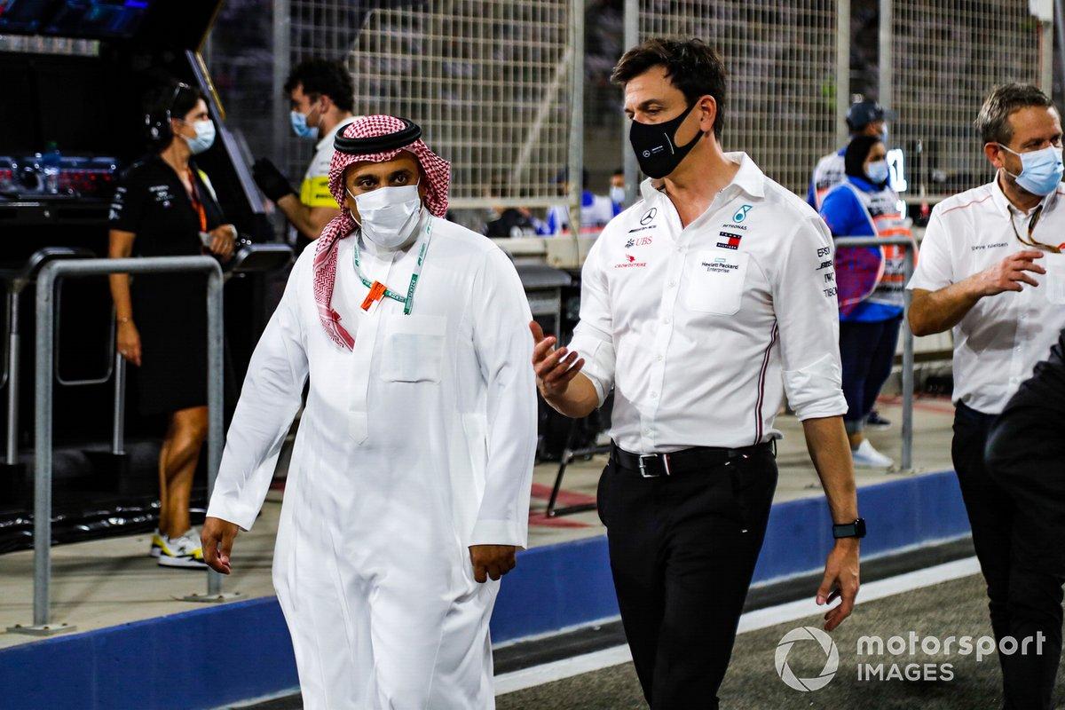 Il principe Khalid Bin Sultan Al Faisal, presidente della federazione di sport motoristici dell'Arabia Saudita, e Toto Wolff, Direttore Esecutivo, Mercedes AMG, sulla griglia di partenza