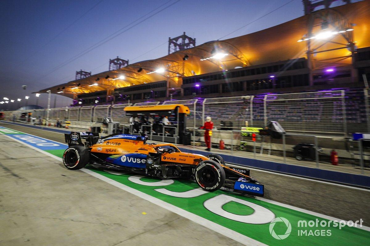 Carlos Sainz Jr., McLaren MCL35, esce dal garage