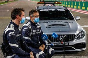 Alan van der Merwe, piloto del Coche Médico de FIA, y el Dr. Ian Roberts, hablan con la prensa