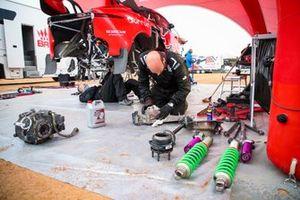 Mechanics working on the car of #305 Bahrain Raid Xtreme Hunter: Sebastien Loeb, Daniel Elena