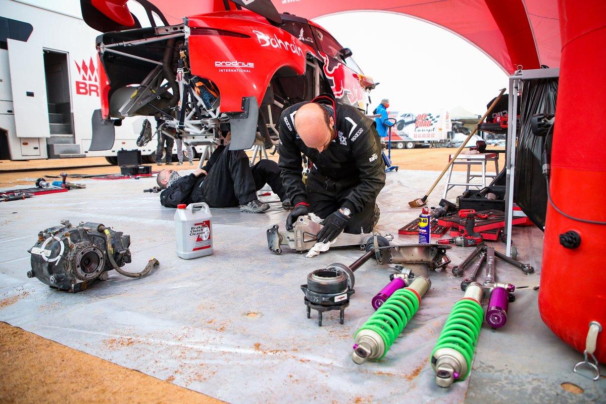 Los mecánicos trabajan en el coche de #305 Bahrain Raid Xtreme Hunter: Sebastien Loeb, Daniel Elena