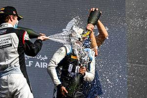 Dan Ticktum, Carlin et le vainqueur Guanyu Zhou, Uni-Virtuosi Racing fêtent sur le podium avec le Champagne