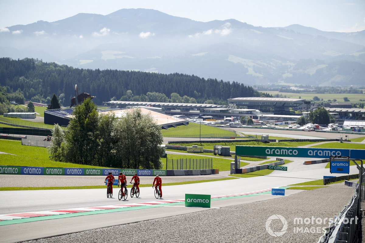Charles Leclerc, Ferrari, gira in pista con la bicicletta