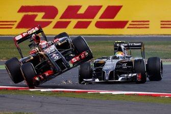 Pastor Maldonado, Lotus F1 et Esteban Gutierrez, Sauber C33 Ferrari s'accrochent